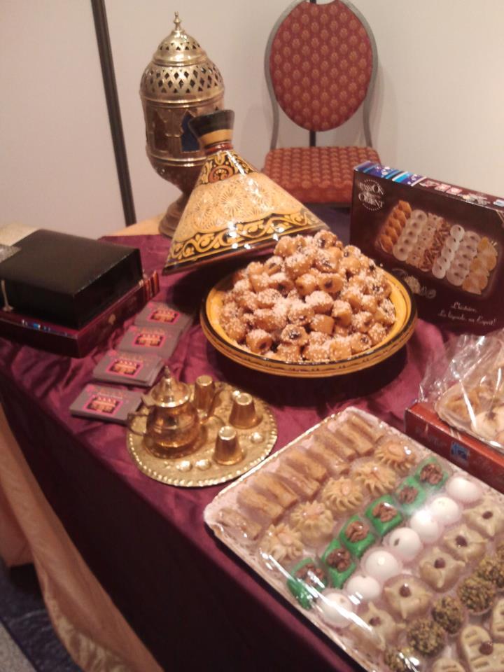 Plat à tajine, et Plateaux de pâtisseries orientales sur une table.
